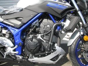 新車 ヤマハ MT-25 マットシルバー/ブルー エンジン周り
