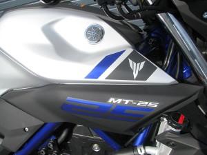 新車 ヤマハ MT-25 マットシルバー/ブルー タンクサイドのエンブレム