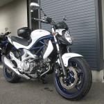 スズキ グラディウス400ABS ブルー/ホワイト フロントサイド2