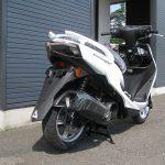 新車バイク ヤマハ シグナスX-SR ホワイト 後ろ側