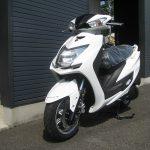 新車バイク ヤマハ シグナスX-SR ホワイト 前側