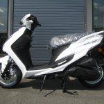 新車バイク ヤマハ シグナスX-SR ホワイト 左側