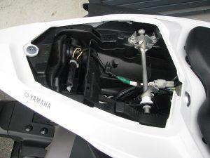 ヤマハ YZF-R1 ホワイト タンデムシート下収納スペース