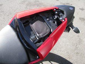 ヤマハ YZF-R25 ABS ホワイト/レッド タンデムシート下