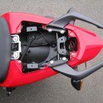 中古車 ホンダ CBR400R ABS トリコロールカラー(ホワイト/ブルー/レッド) タンデムシート下の収納スペース