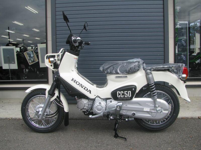 新車情報 ホンダ クロスカブ50(CROSS CUB50)ホワイト 左側