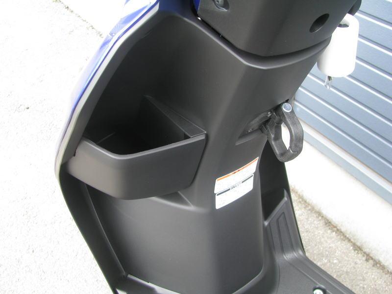 新車情報 ヤマハ JOGデラックス(ジョグデラックス) ブルー 2018年モデル ハンドル下のポケット