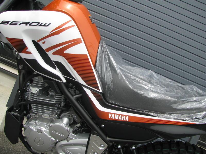新車情報 ヤマハ セロー250(2018年モデル)オレンジ タンク・シートカウルのデカール