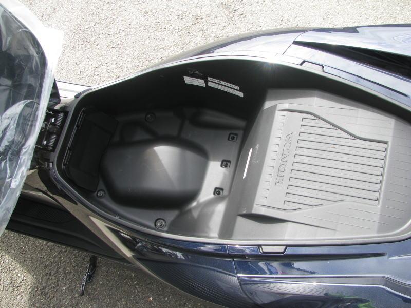 新車情報 ホンダ PCX HYBRID ブルー シート下収納スペース