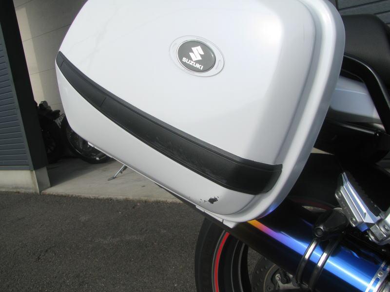 中古車情報 スズキ バンディット1250F_ABS ホワイト マフラー、3ボックス他オプション付き 右ボックスの傷