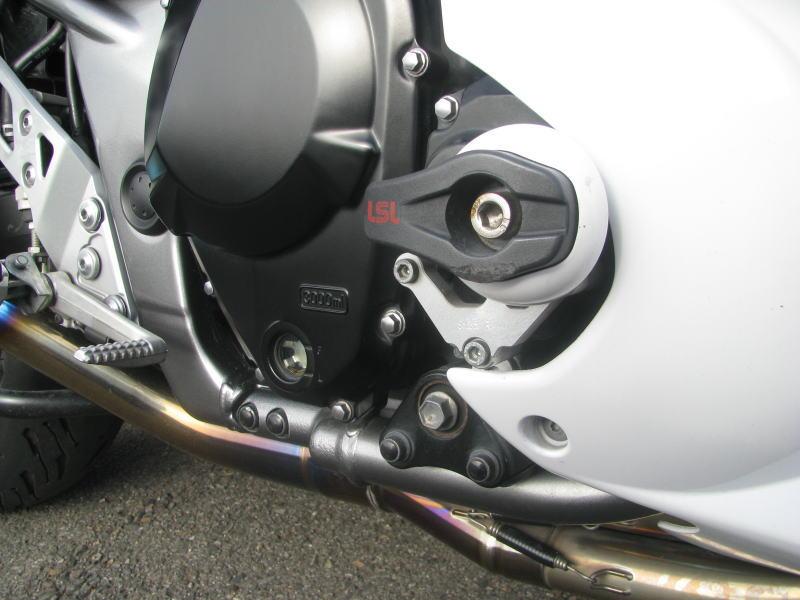中古車情報 スズキ バンディット1250F_ABS ホワイト マフラー、3ボックス他オプション付き エンジンスライダーの傷