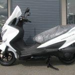 新車 スズキ バーグマン200 ホワイト ひだり側