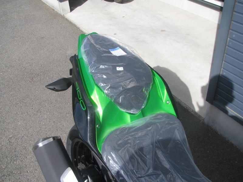 新車情報 カワサキ Z400 ブラック/グリーン タンデムシートカウル
