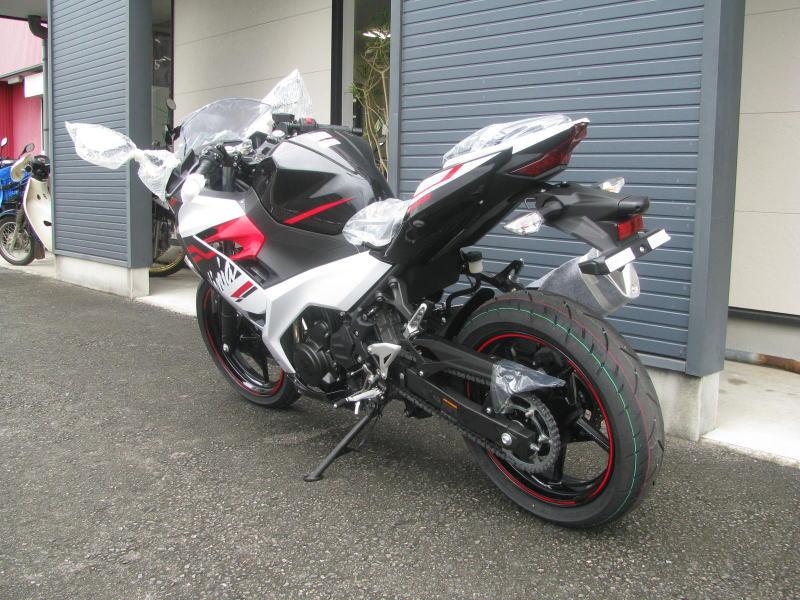 新車バイク カワサキ Ninja400 2020年モデル ホワイト うしろ側
