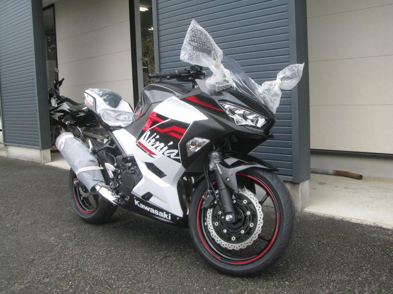 新車バイク カワサキ Ninja400 2020年モデル ホワイト 右まえ側