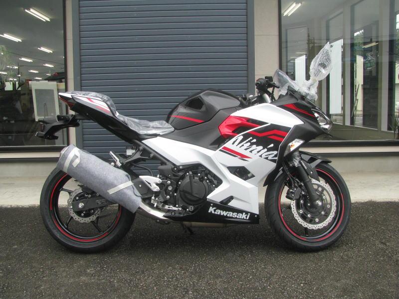 新車バイク カワサキ Ninja400 2020年モデル ホワイト みぎ側