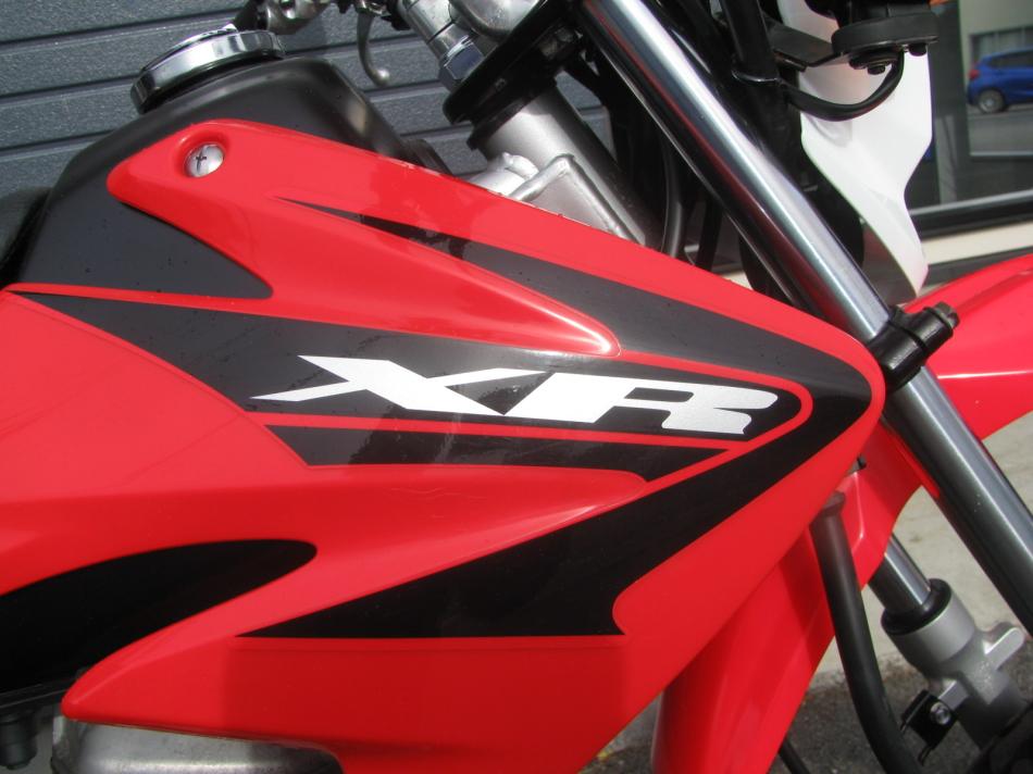 中古車バイク ホンダ XR50モタード(XR50motard) レッド シュラウドのエンブレム