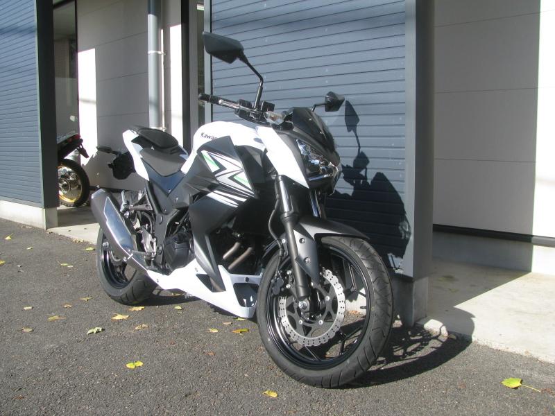 中古車バイク カワサキ Z250 ホワイト(白) 右まえ側