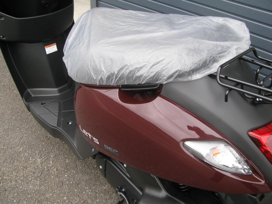 新車バイク スズキ レッツ ブラウン 2020年モデル スタンドグリップ後ろ側からの写真