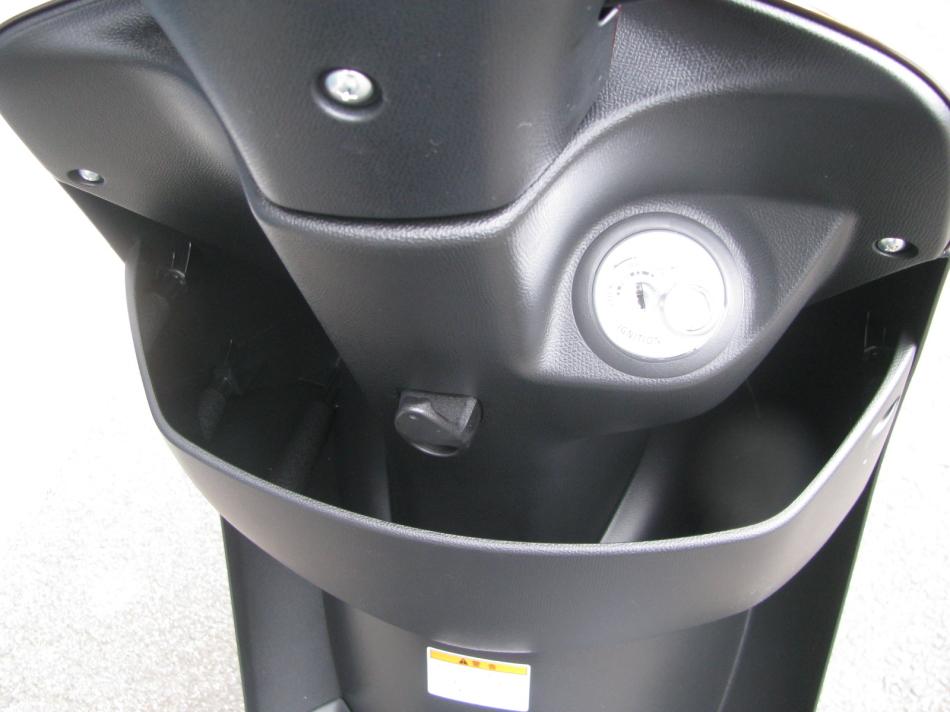新車バイク スズキ レッツ ブラウン 2020年モデル ハンドル下のポケット&コンビニフック