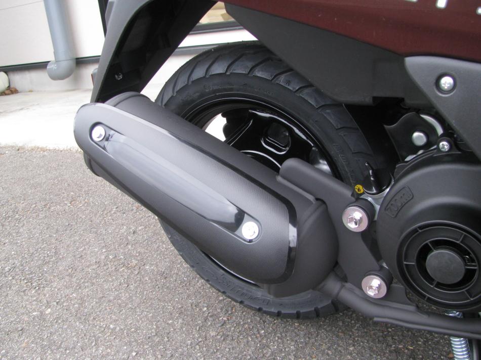 新車バイク スズキ レッツ ブラウン 2020年モデル マフラーとリヤホイール