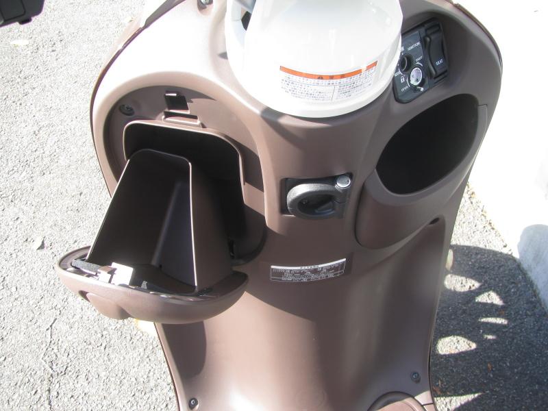 新車バイク ヤマハ ビーノ(VINO) ブラウン ハンドル下収納スペース