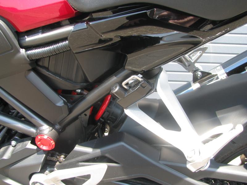 中古車 ホンダ CB250R ABS レッド オプションのヘルメットホルダー