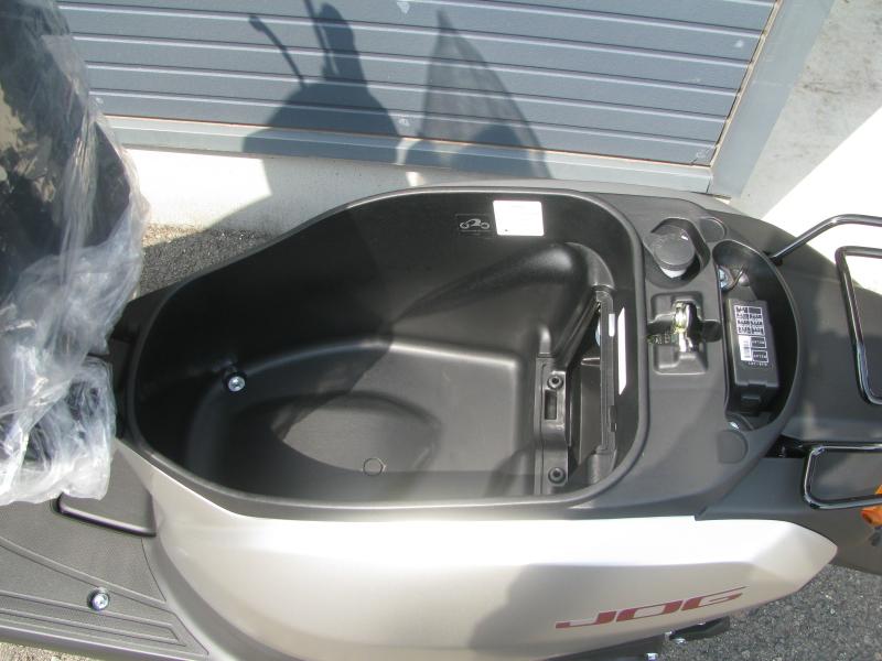 新車 ヤマハ JOG(ジョグ) マットシルバー シートボックス