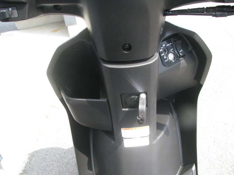 新車 ヤマハ JOG(ジョグ) マットシルバー フロントの収納