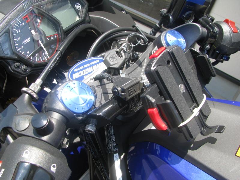 中古車 ヤマハ YZF-R25 ブルー(青) ハンドルのUSB電源ソケット