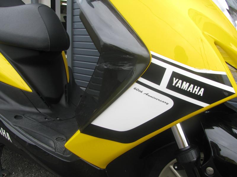 中古車 ヤマハ マジェスティS 60周年 アニバーサリー イエロー 右フロントの傷