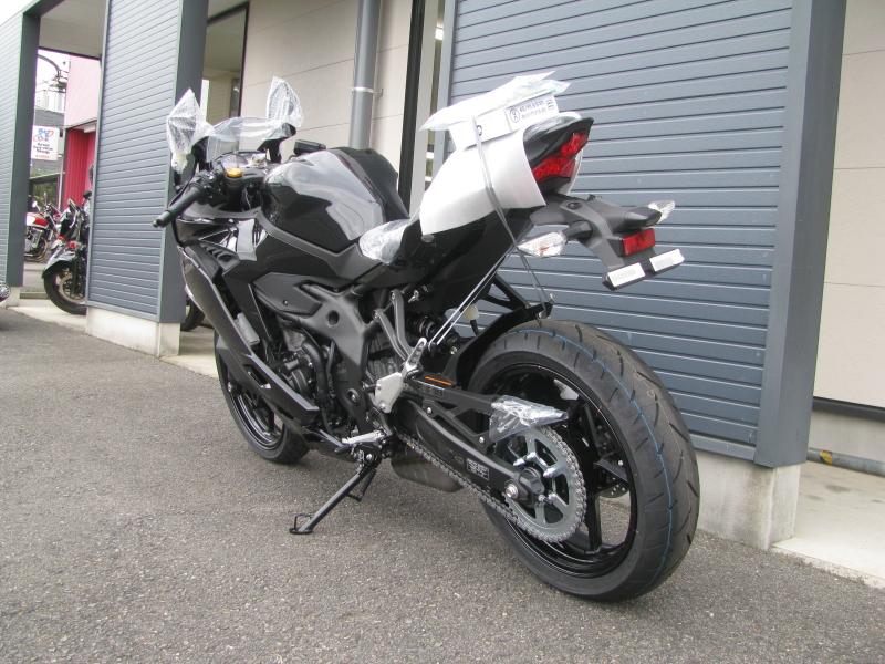 新車バイク カワサキ Ninja ZX-25R ブラック 左うしろ側