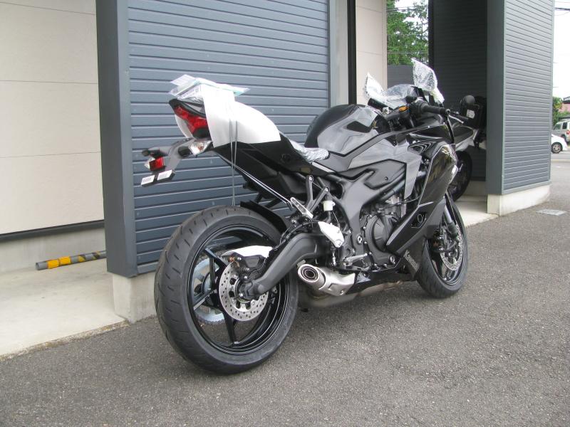 新車バイク カワサキ Ninja ZX-25R ブラック 右うしろ側