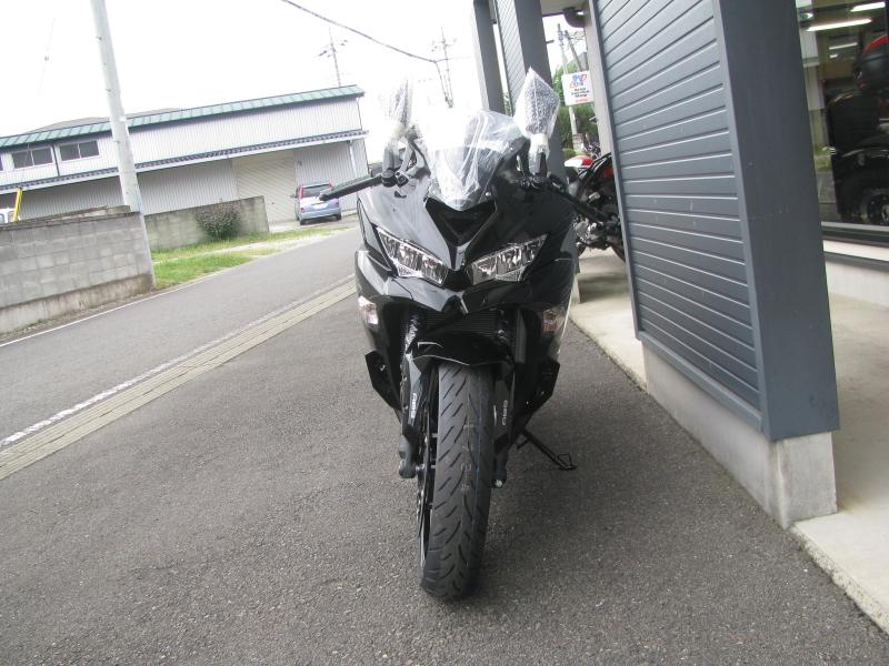 新車バイク カワサキ Ninja ZX-25R ブラック まえ側