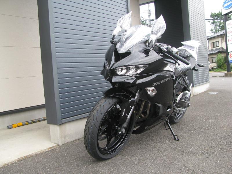 新車バイク カワサキ Ninja ZX-25R ブラック 左まえ側