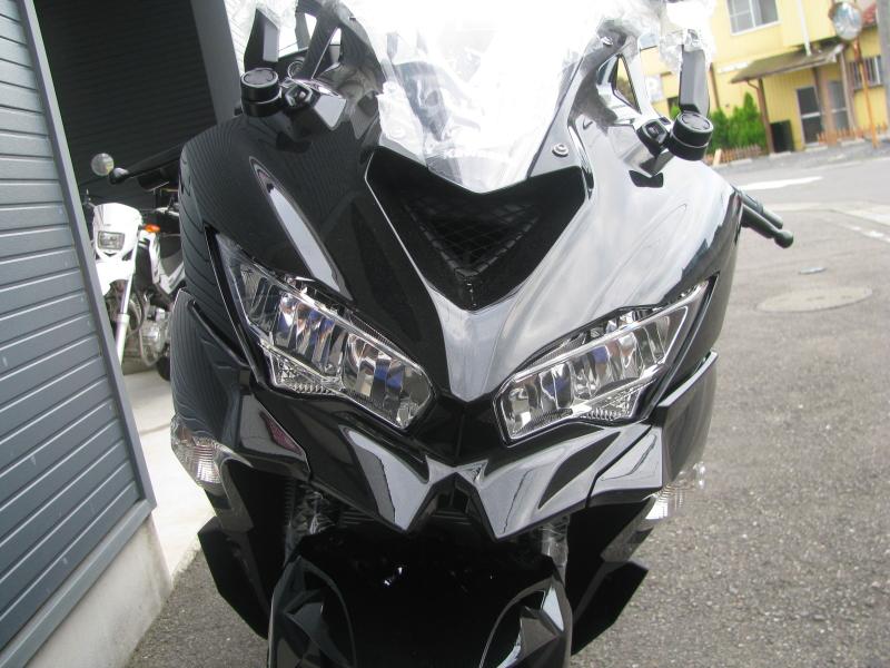 新車バイク カワサキ Ninja ZX-25R ブラック ヘッドライトとラムエアダクト