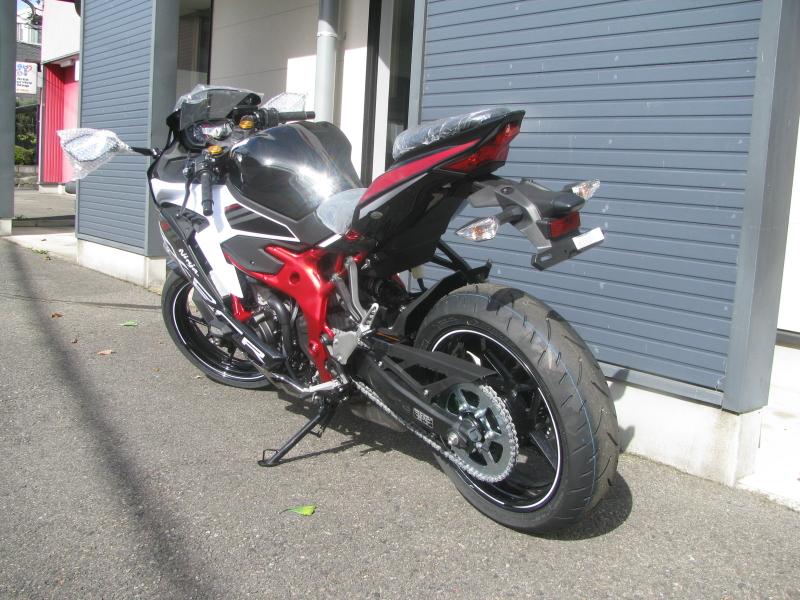 新車バイク カワサキ Ninja ZX-25R ホワイト/レッド/ブラック 左後ろ側