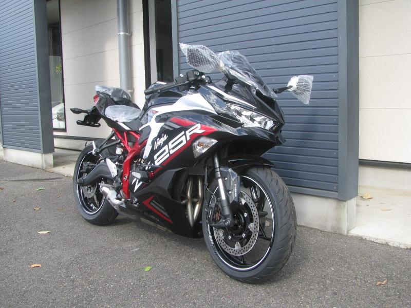 新車バイク カワサキ Ninja ZX-25R ホワイト/レッド/ブラック 右まえ側