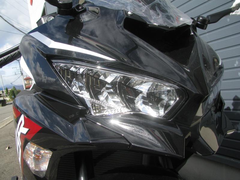 新車バイク カワサキ Ninja ZX-25R ホワイト/レッド/ブラック LEDヘッドライト