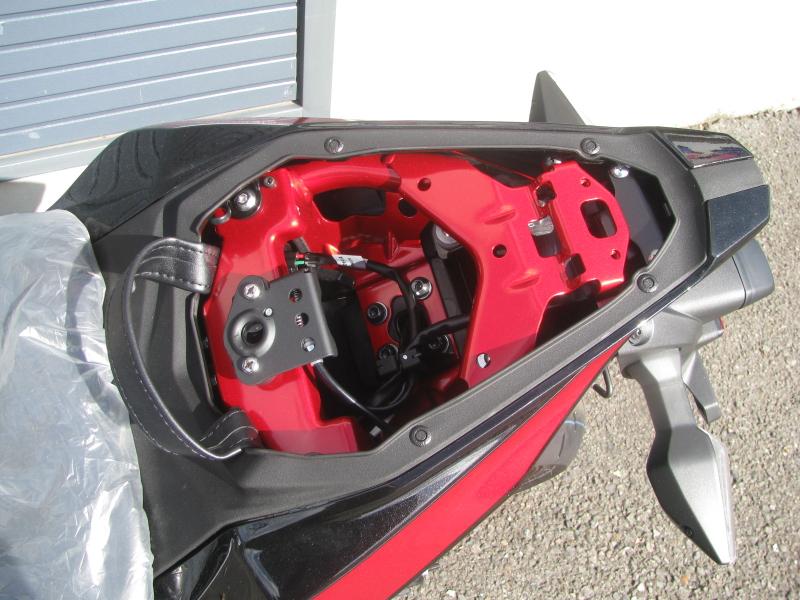 新車バイク カワサキ Ninja ZX-25R ホワイト/レッド/ブラック タンデムシート下スペース