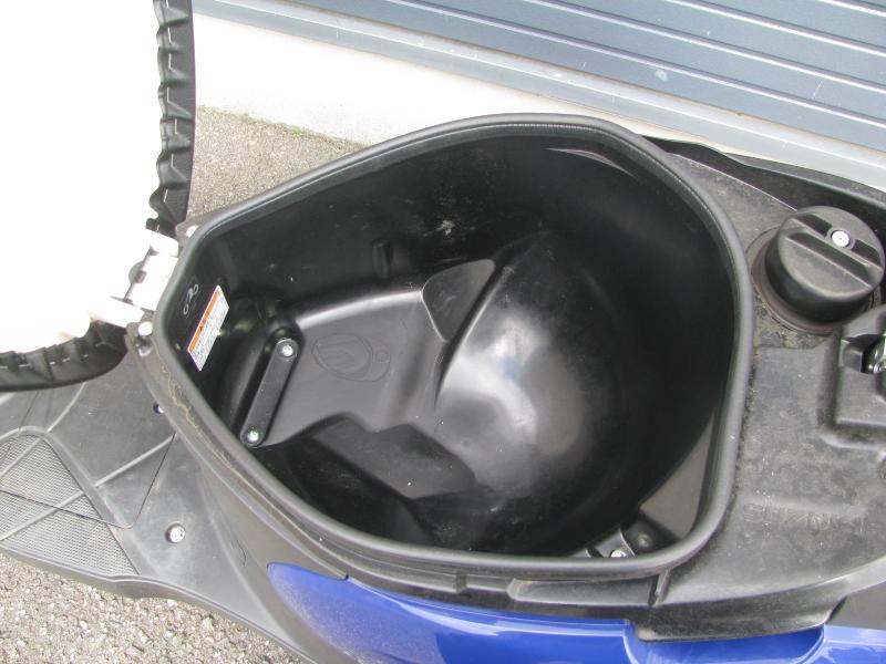 中古車バイク スズキ レッツ ブルー シート下収納スペース