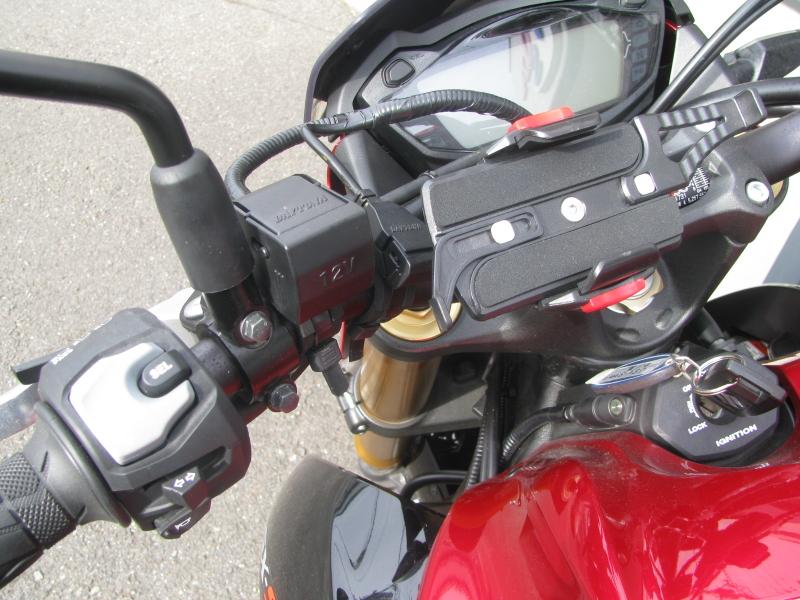 中古車バイク スズキ GSX-S1000 ABS レッド/ブラック 電源ソケットとスマホホルダー