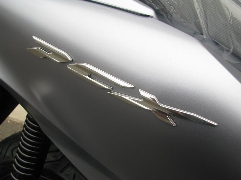 新車バイク ホンダ PCX125 マットシルバー エンブレム