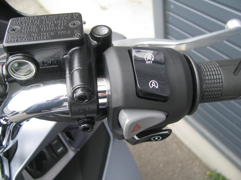 新車バイク ホンダ PCX125 マットシルバー アイドリングストップスイッチ