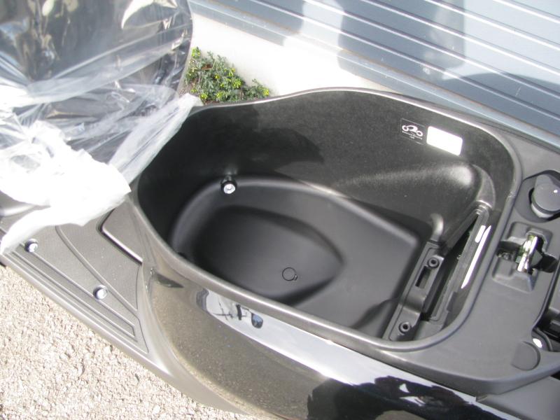新車 ホンダ TACT(タクト ベーシック) ブラック シート下収納スペース