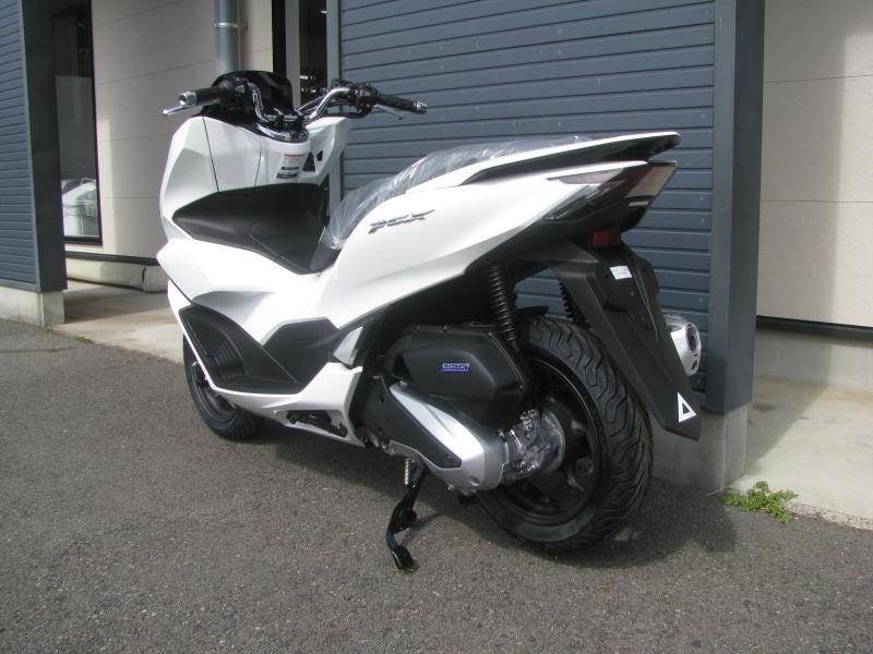 新車バイク ホンダ PCX125 ホワイト 左うしろ側