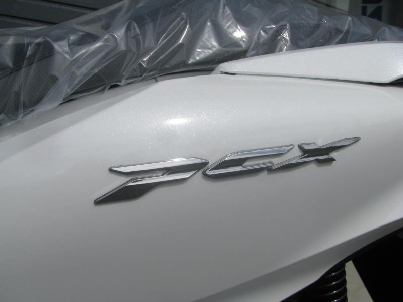 新車バイク ホンダ PCX125 ホワイト エンブレム