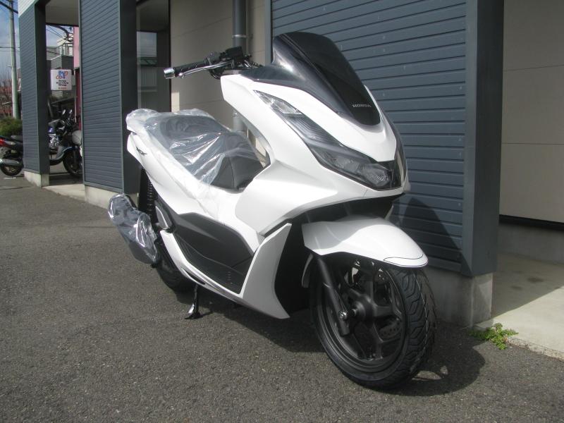 新車バイク ホンダ PCX125 ホワイト 右まえ側