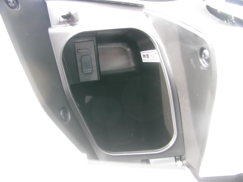 新車バイク ホンダ PCX125 ホワイト フロントボックスとUSB電源