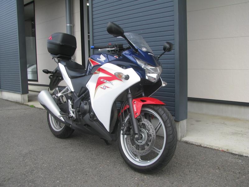 中古車バイク ホンダ CBR250R ABS ホワイト/ブルー/レッド(トリコロールカラー) 右まえ側